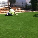 ילדים נחים על דשא מלאכותי איכותי של תמיד ירוק