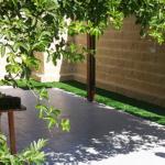 התקנת דשא סינטטי בדפנות חצר קדמית של קוטג' באשקלון