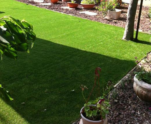 תהליך התקנת דשא סינטטי שלב 3 פריסת הדשא והתקנתו תמיד ירוק 3