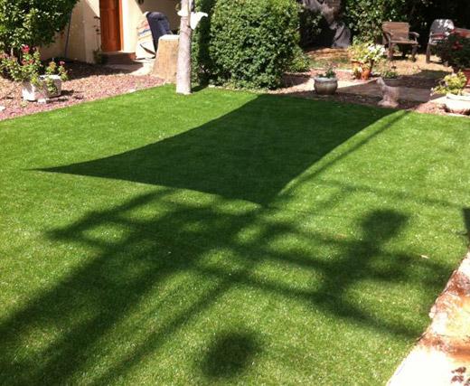 תהליך התקנת דשא סינטטי שלב 3 פריסת הדשא והתקנתו תמיד ירוק