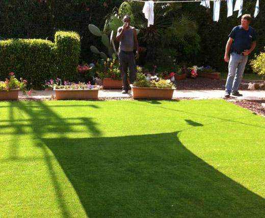 תהליך התקנת דשא סינטטי שלב 3 פריסת הדשא והתקנתו תמיד ירוק 2